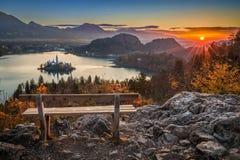 Sanguinato, la Slovenia - bella vista panoramica di autunno dell'orizzonte con hiBled, la Slovenia - bella vista panoramica di au Immagini Stock