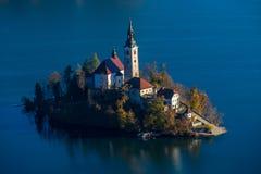 Sanguinato, la Slovenia - la vista aerea dell'alba del lago ha sanguinato con la chiesa famosa di pellegrinaggio del presupposto  Immagine Stock