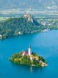 Sanguinato - lago della montagna con la chiesa ed il castello dell'isola immagine stock