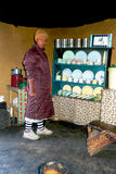 在传统房子里面的莱索托妇女Sani通行证的 免版税库存照片