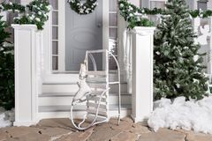 Sania i łyżwy w przedpolu Domowy wejście dekorujący dla wakacji Święta dekorują odznaczenie domowych świeżych pomysłów girlanda j Zdjęcie Royalty Free