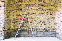 Sanierung der Backsteinmauer und der Leiter Lizenzfreies Stockbild