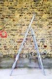 Sanierung der Backsteinmauer und der Leiter Stockfoto