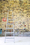 Sanierung der Backsteinmauer und der Leiter Stockbild