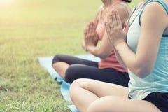 Sanità, allenamento sano con la posa di yoga e meditazione su yog Fotografia Stock Libera da Diritti