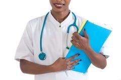 Sanità e concetto medico - medico femminile africano sorridente in ospedale Fotografie Stock Libere da Diritti