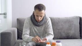Sanità, influenza, igiene e concetto della gente Uomo malato che prende farmaco a casa archivi video
