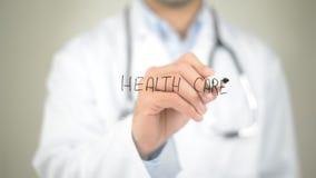 Sanità, scrittura di medico sullo schermo trasparente Fotografia Stock