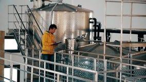 Sanitär epidemiologisk station för anställd som kontrollerar produktionalkoholprodukten lager videofilmer