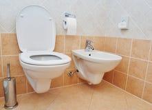 Sanitär vask för toalett eller bunkebidé och papper Arkivbild