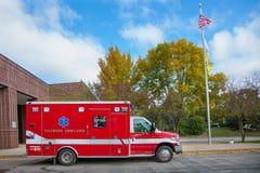 Sanitäter Ambulance außerhalb des Feuerwehrmanns Station Lizenzfreies Stockfoto