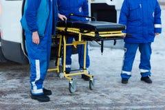Sanitäter bei der Arbeit stockbilder