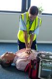 Sanitäter, der einen externen Defibrillator während der Herz-Lungen-Wiederbelebung verwendet lizenzfreies stockbild