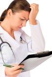 Sanitäter, der nach Fehler in den Dokumenten sucht Lizenzfreie Stockfotos