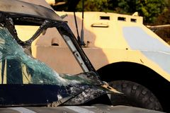 Sanitäter des gepanzerten Fahrzeugs auf dem Hintergrund eines Kampffahrzeugs Flüssige Rüstungswindschutzscheibenautos, die verlet lizenzfreies stockbild