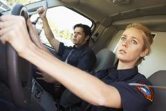 Sanitäter, die auf Notfall im Krankenwagen reagieren Lizenzfreie Stockfotos