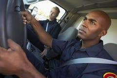Sanitäter, die auf Notfall im Krankenwagen reagieren Stockbilder