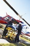 Sanitäter, die Patienten vom Hubschrauber aus dem Programm nehmen lizenzfreies stockfoto