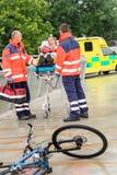 Sanitäter mit Frau auf Bahrekrankenwagenhilfsmittel Stockbild