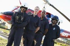 Sanitäter und Besatzung vor Hubschrauber lizenzfreies stockfoto