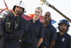 Sanitäter und Besatzung vor Hubschrauber stockbild