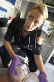 Sanitäterholding-Sauerstoffmaske über Gesicht des Patienten Lizenzfreies Stockfoto