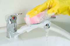 Sanitaire opheldering van een gootsteen Stock Foto