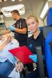 Sanitariusz pomaga zdradzonego pacjenta w karetce fotografia royalty free