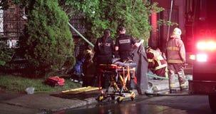 Sanitariusz wykonuje CPR na firehouse ofiarze zbiory wideo