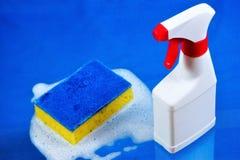 Sanitarny wyzdrowienie czystość od grata, gąbki w pianie i detergentowej kiści, Utrzymywać bezpieczną higieny czystość, obraz royalty free
