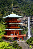 Sanjudopagode en Nachi Falls in Japan Stock Foto