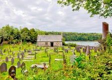 Sanka Tysilios kyrka n?ra den Menai bro?n av Anglesey norr Wales royaltyfria foton