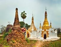 Sankar pagod Stupa på förgrunden Shantillstånd myanmar panna Royaltyfria Bilder