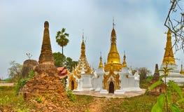 Sankar pagod Stupa på förgrunden Shantillstånd myanmar panna Arkivbild