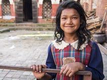 SANKHU, NEPAL-OCT 13日2012年:未认出的女孩招呼 免版税库存图片
