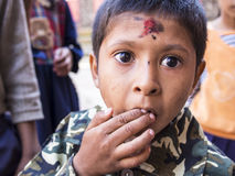 SANKHU, NEPAL-OCT 13日2012年:未认出的男孩是很激动的 免版税库存照片