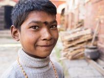 SANKHU, NEPAL-OCT 13, 2012: de niet geïdentificeerde jongen begroet p Stock Fotografie