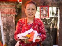 Sankhu Nepal-OKTOBER 13, 2012: oidentifierade nepalese kvinnor henne av Arkivfoto