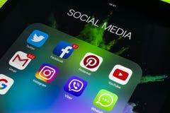 Sankt彼得斯堡俄罗斯2017年11月11日:苹果计算机iPad赞成在wooApple iPad赞成在与社会媒介facebook象的木桌上  免版税库存图片