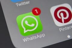 Sankt彼得斯堡,俄罗斯, 2018年1月19日:WhatsApp信使在苹果计算机iPhone 8智能手机屏幕特写镜头的应用象 什么 库存照片