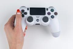 Sankt-Πετρούπολη, Ρωσία, στις 24 Σεπτεμβρίου 2017: Sony PlayStation 4 Sony PlayStation 4 ελεγκτής παιχνιδιών dualshock στο χέρι g Στοκ Φωτογραφία