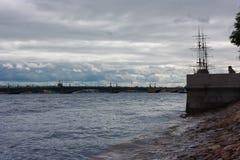 Sankt-Πετρούπολη, Neva Νεφελώδης σκηνή Στοκ φωτογραφία με δικαίωμα ελεύθερης χρήσης