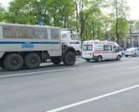 Sankt- Петербург, Россия - 28-ое мая 2017: Полицейские машины и машина скорой помощи на улице города Sankt- Петербург, Россия Стоковое Изображение
