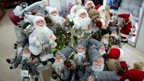 Sankt-Anzeige im Weihnachtsspeicher stock video footage