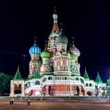 Sankt basilikadomkyrka på den röda fyrkanten på natten i Moskva Royaltyfri Fotografi