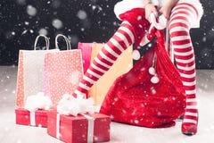 Sankt-Beine mit Geschenk Stockfotografie