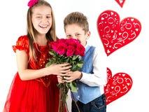 Sankt dag för valentin` s Den nätta flickan med den röda klänning- och gentlemanpojken med den blåa västen, rött fjärilsband, röd arkivbilder