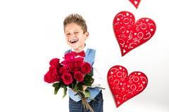 Sankt dag för valentin` s Den stiliga gentlemanpojken med den blåa västen, rött band, röda rosor ösregnar och röda ballonger Vale royaltyfri bild