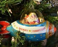 Sankt in der Raumschiffsrakete ist in Eile, Weihnachten zu feiern stockfotografie