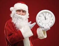 Sankt, die auf die Uhr zeigt fünf Minuten auf Mitternacht zeigt Stockbilder